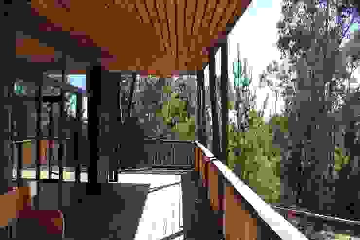Casa de Fardos Balcones y terrazas rústicos de Kimche Arquitectos Rústico Madera Acabado en madera