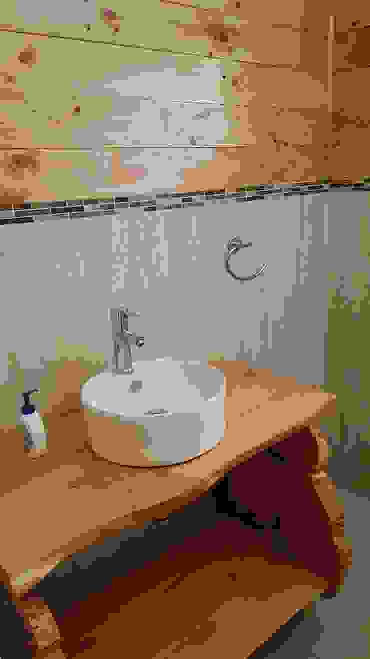 KIMCHE LODGE, CAMINO A CAHUIL, PICHILEMU Baños de estilo rústico de KIMCHE ARQUITECTOS Rústico Cerámico
