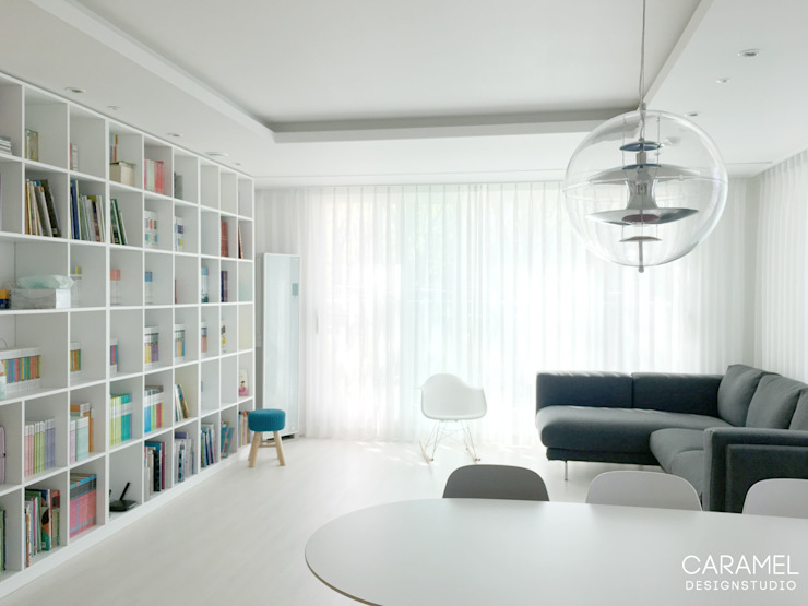 Livings de estilo moderno de 카라멜 디자인 스튜디오 Moderno