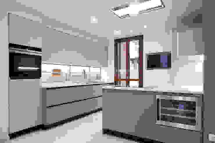 K13 Cucina moderna di Andrea Picinelli Moderno