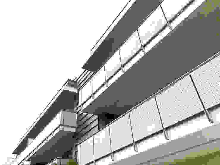balconi laterali con parapetti in metallo Studio Perini Architetture Case in stile minimalista