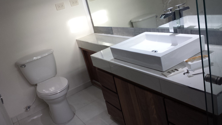 Modern Bathroom by Daniel Teyechea, Arquitectura & Construccion Modern