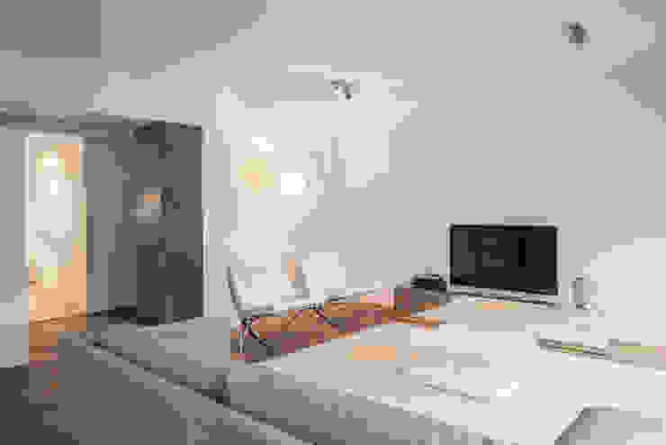 Uma casa minimalista Salas de estar minimalistas por Architect Your Home Minimalista