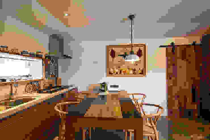 Modern dining room by 더 이레츠 건축가 그룹 Modern