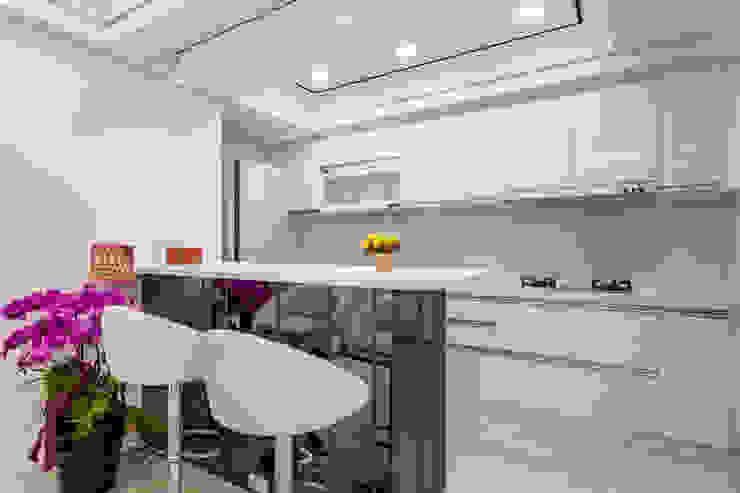 晶亮27坪空間放大術 現代廚房設計點子、靈感&圖片 根據 好室佳室內設計 現代風