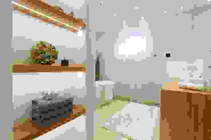 Home Staging Graz Moderne Badezimmer von StageBella Modern Fliesen