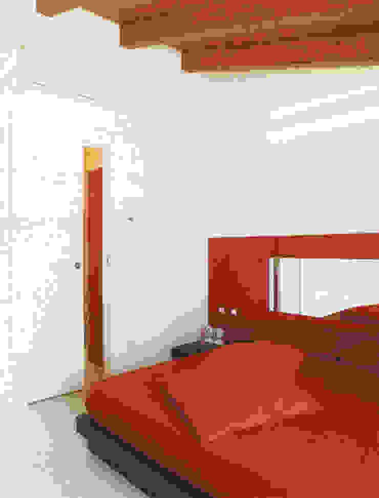 Mansarda Como DELFINETTIDESIGN Camera da letto moderna Legno Rosso
