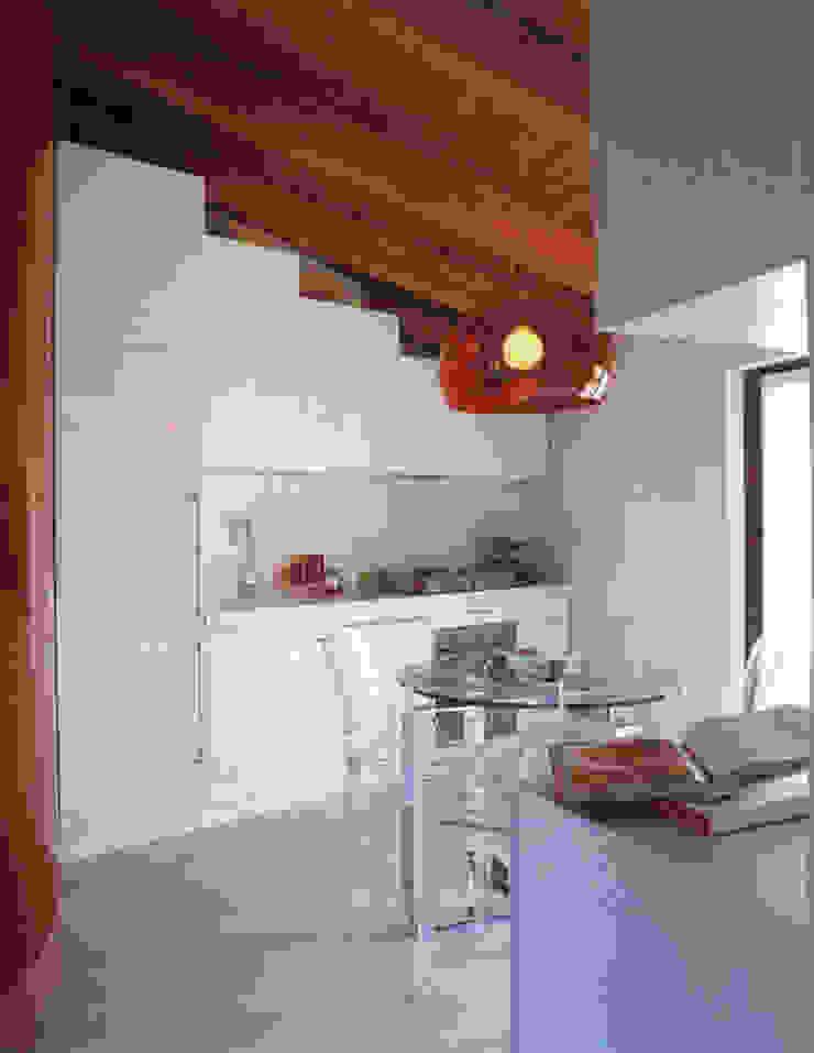Mansarda Como DELFINETTIDESIGN Cucina attrezzata Legno Bianco