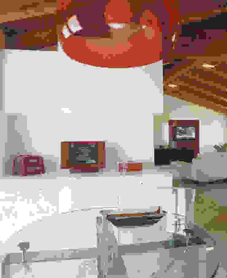 Mansarda Como DELFINETTIDESIGN Sala da pranzo moderna Legno Bianco