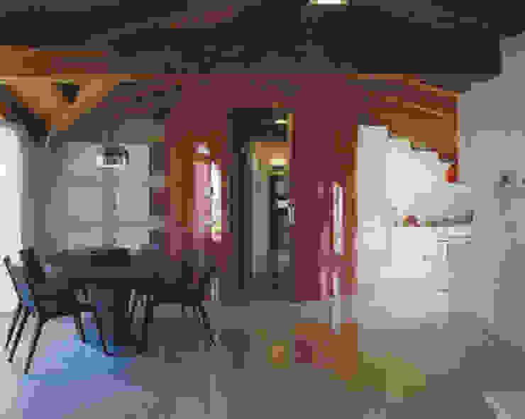 Mansarda Como DELFINETTIDESIGN Soggiorno moderno Legno Rosso