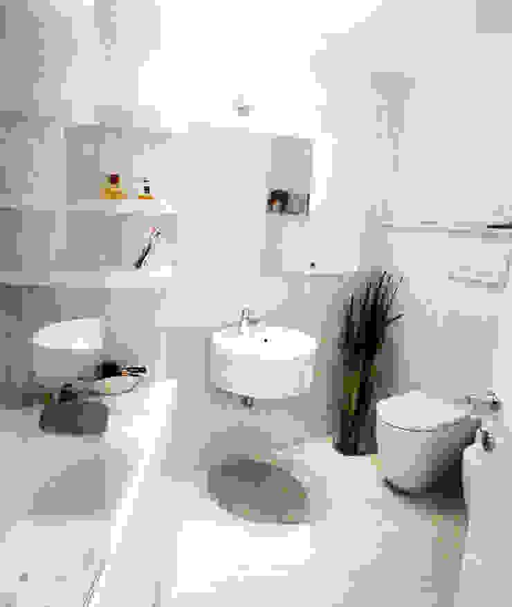DELFINETTIDESIGN Baños de estilo moderno Madera Blanco