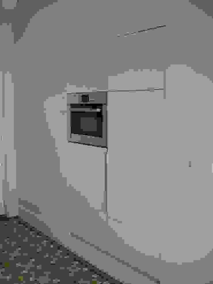 inbouwkast met koelkast en inbouwoven Moderne keukens van Meubelmakerij Luitjens Modern