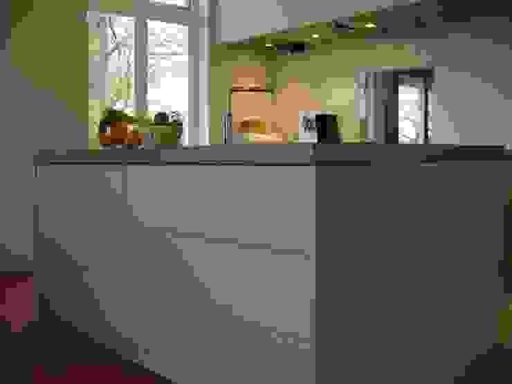 keukeneiland met betonnen blad en inbouwcooker Moderne keukens van Meubelmakerij Luitjens Modern