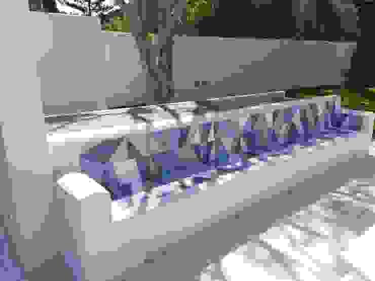 Giardino Privato con piscina STUDIO D'AMICO Giardino in stile mediterraneo Ceramica Blu