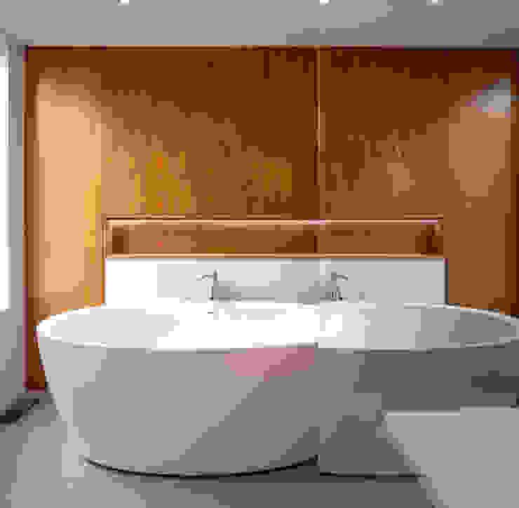 Avenue Road Residence Modern bathroom by Flynn Architect Modern