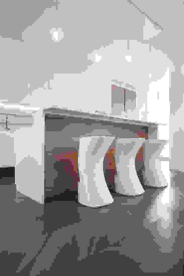 DELFINETTIDESIGN モダンな キッチン 木 白色