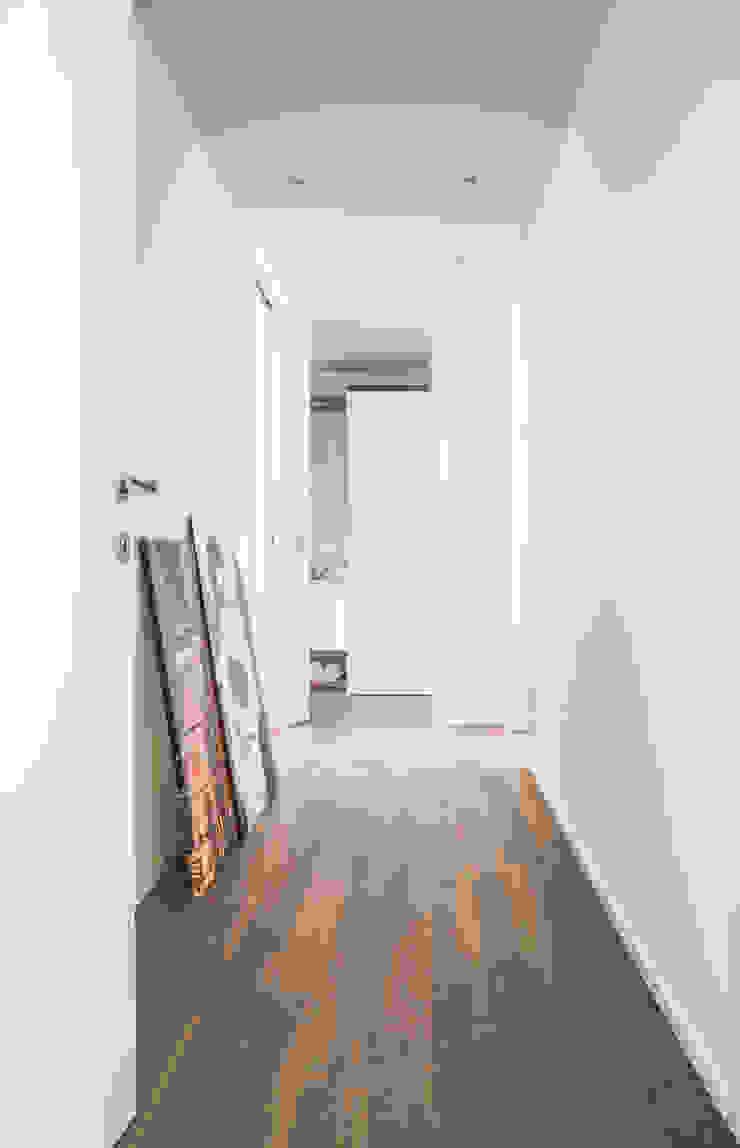 DELFINETTIDESIGN モダンスタイルの 玄関&廊下&階段 木 白色