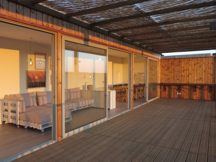 Casa Zvilla: Casas pré-fabricadas  por JGDS-EPA - CASAS MODULARES,