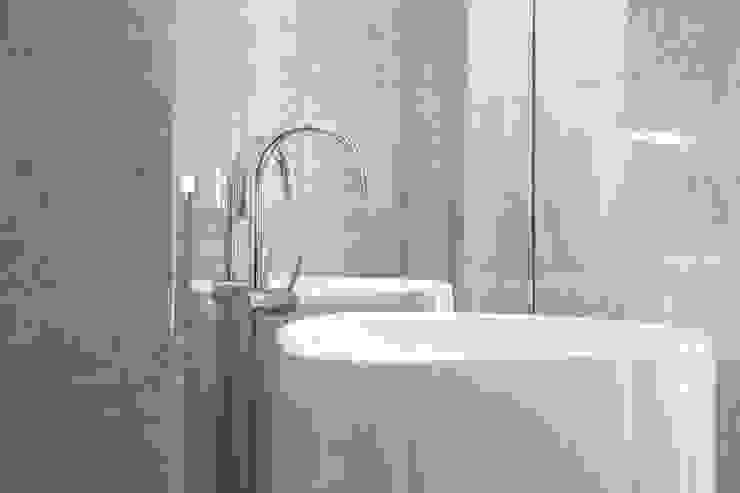 DELFINETTIDESIGN モダンスタイルの お風呂 大理石 白色