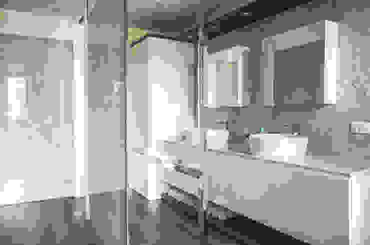 DELFINETTIDESIGN モダンスタイルの お風呂 木 白色