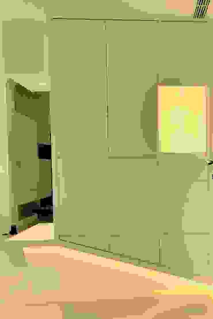 【住宅設計】桃園李公館 – 40坪現代簡約居家風 現代風玄關、走廊與階梯 根據 大觀創境空間設計事務所 現代風