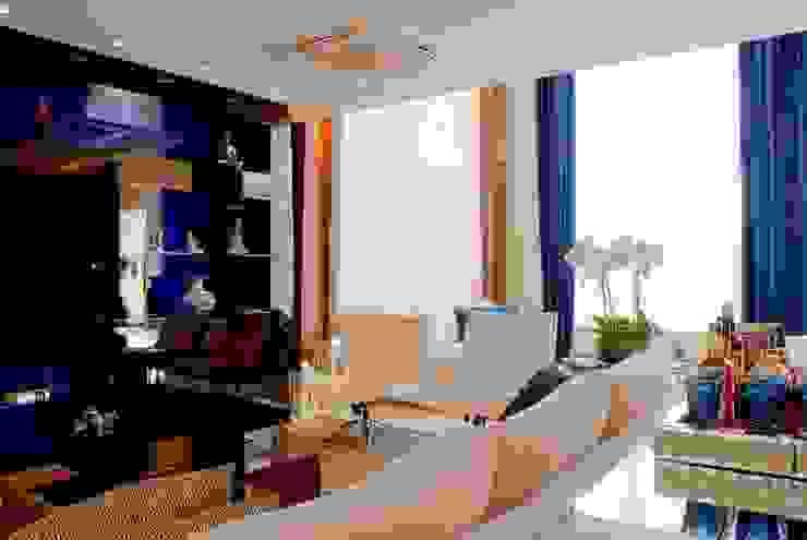 Sala de estar com detalhes azuis Salas de estar modernas por Penha Alba Arquitetura e Interiores Moderno
