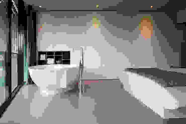 Bad in slaapkamer Moderne slaapkamers van Yben Interieur en Projectdesign Modern