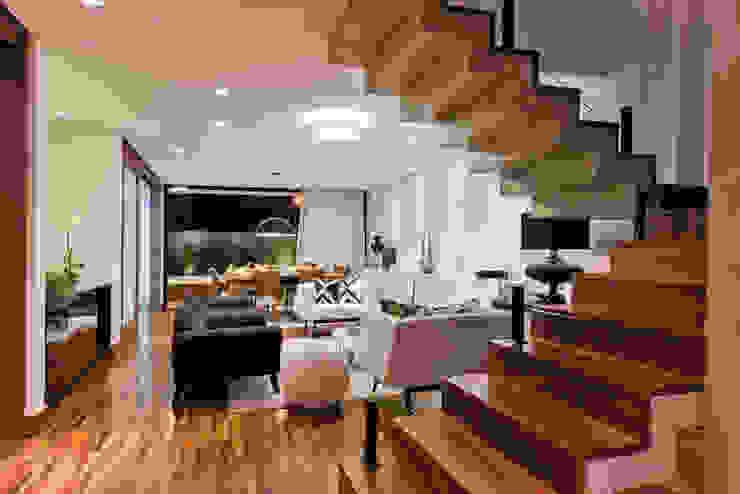 ESCADA DE ACESSO PISO SUPERIOR por Dib Studio Arquitetura e Interiores Moderno