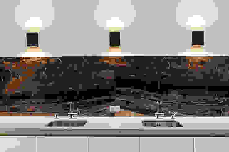 Villa Batu Alam Moderne keukens van Guy de Vos Modern