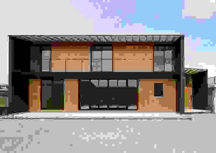 house-UT 薄く深い屋根の黒と杉板の住まい の 創右衛門一級建築士事務所 モダン 木 木目調