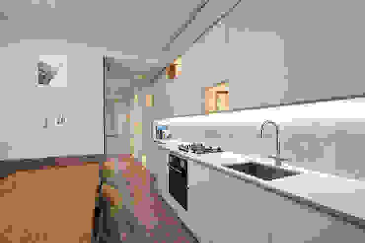 Встроенные кухни в . Автор – JFD - Juri Favilli Design, Скандинавский Дерево Эффект древесины