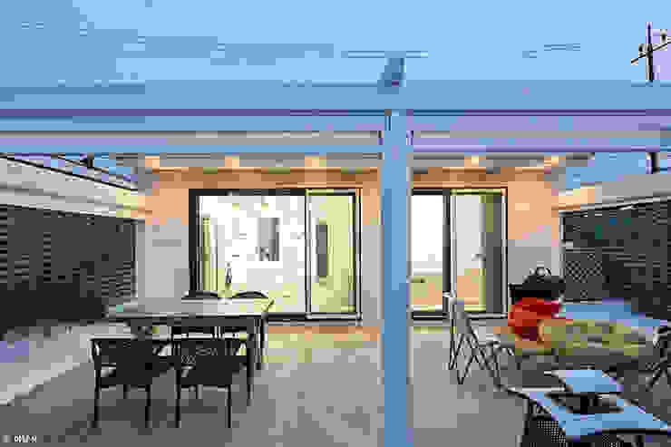 Modern dining room by 단감 건축사사무소 Modern