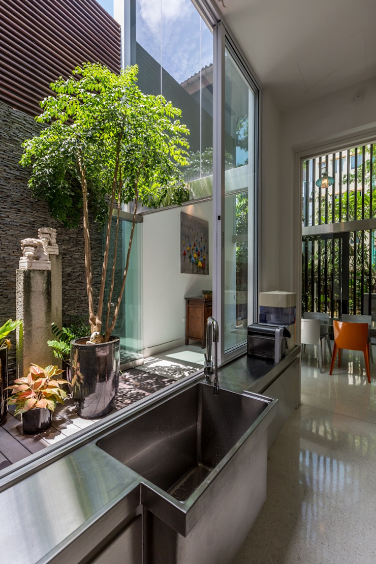 ONAN ROAD SHOPHOUSE Modern corridor, hallway & stairs by EZRA Architects Modern