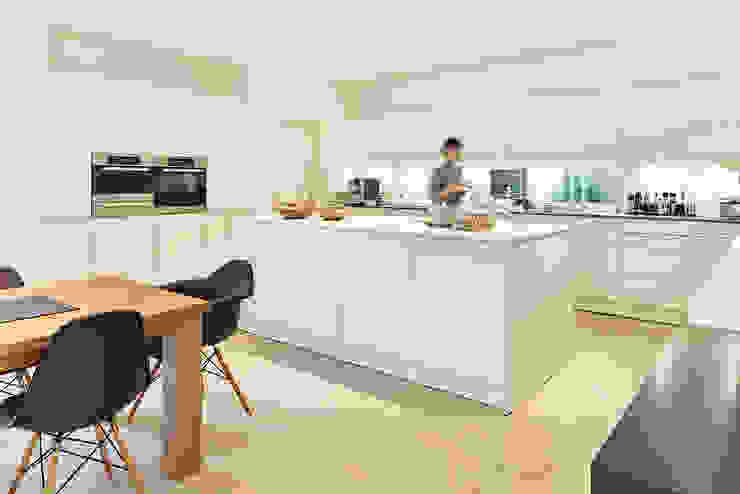 LUXHAUS Kundenhaus 01 Moderne Küchen von Lopez-Fotodesign Modern