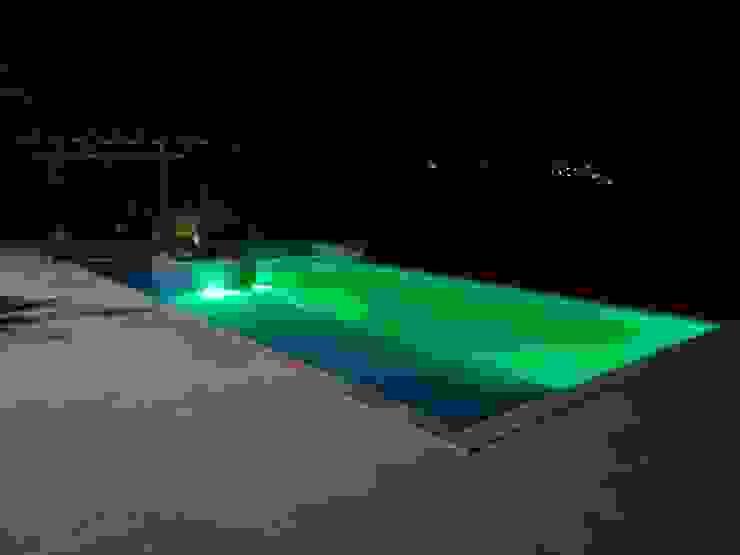 Piscina iluminada por Kauer Arquitetura e Design Moderno