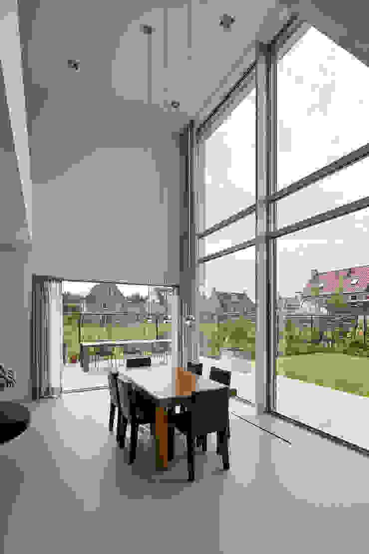 N-House in Dorst bij Breda. Moderne eetkamers van Lab32 architecten Modern