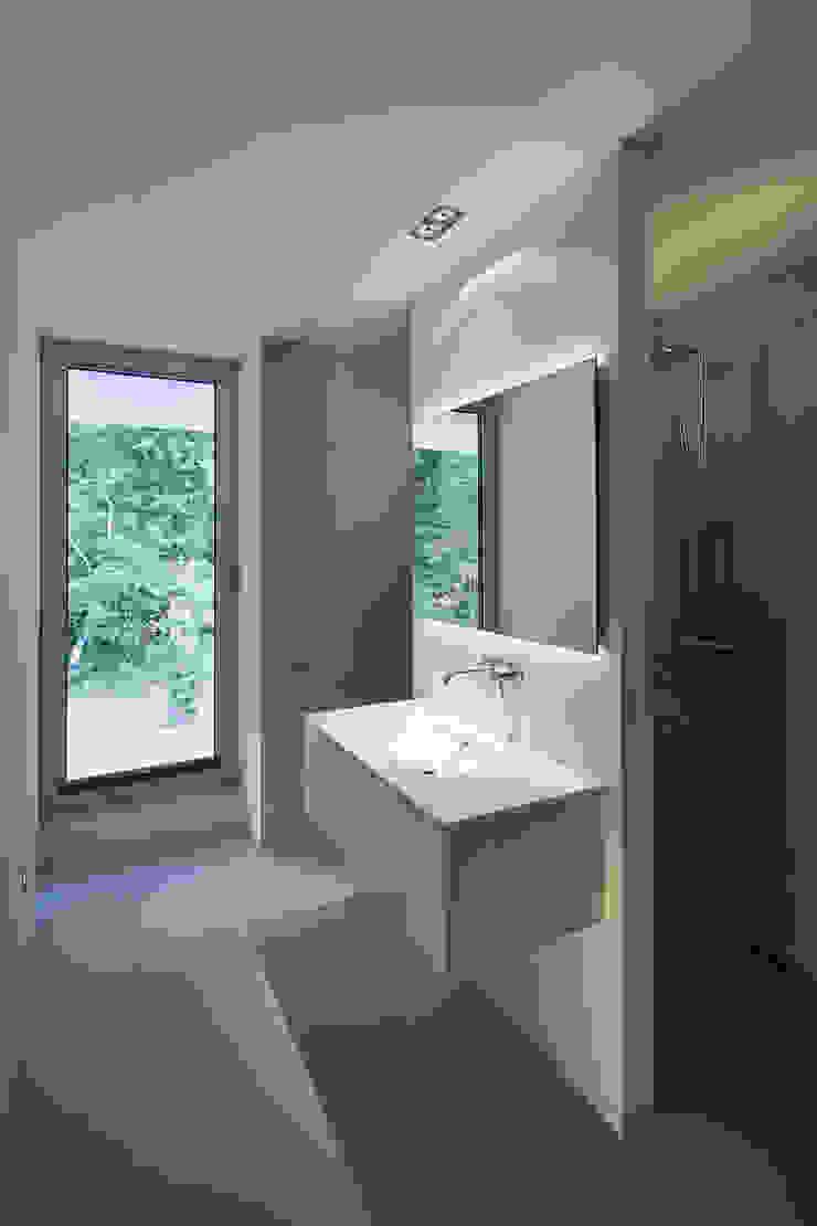 N-House in Dorst bij Breda. Moderne badkamers van Lab32 architecten Modern