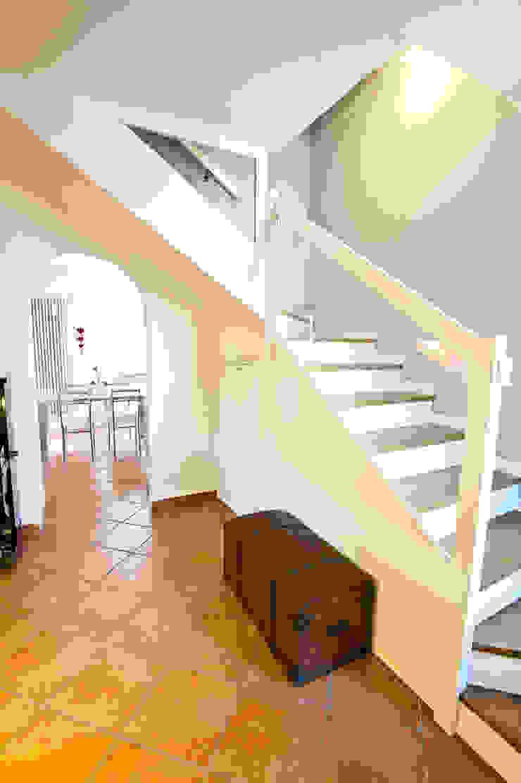 工業風的玄關、走廊與階梯 根據 Annalisa Carli 工業風 磁磚