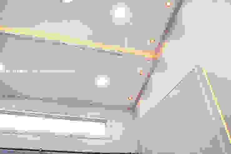 군산 2호 35평형 ALC전원주택 모던스타일 거실 by W-HOUSE 모던 석회암