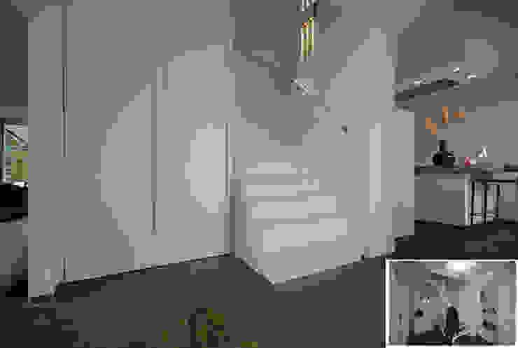 hal-trap Moderne gangen, hallen & trappenhuizen van KleurInKleur interieur & architectuur Modern
