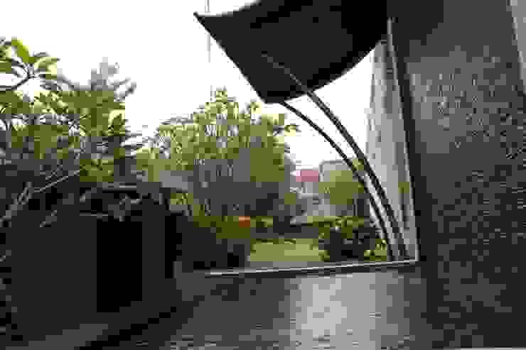CINERE AT MAJALAH ASRI Taman Modern Oleh sony architect studio Modern