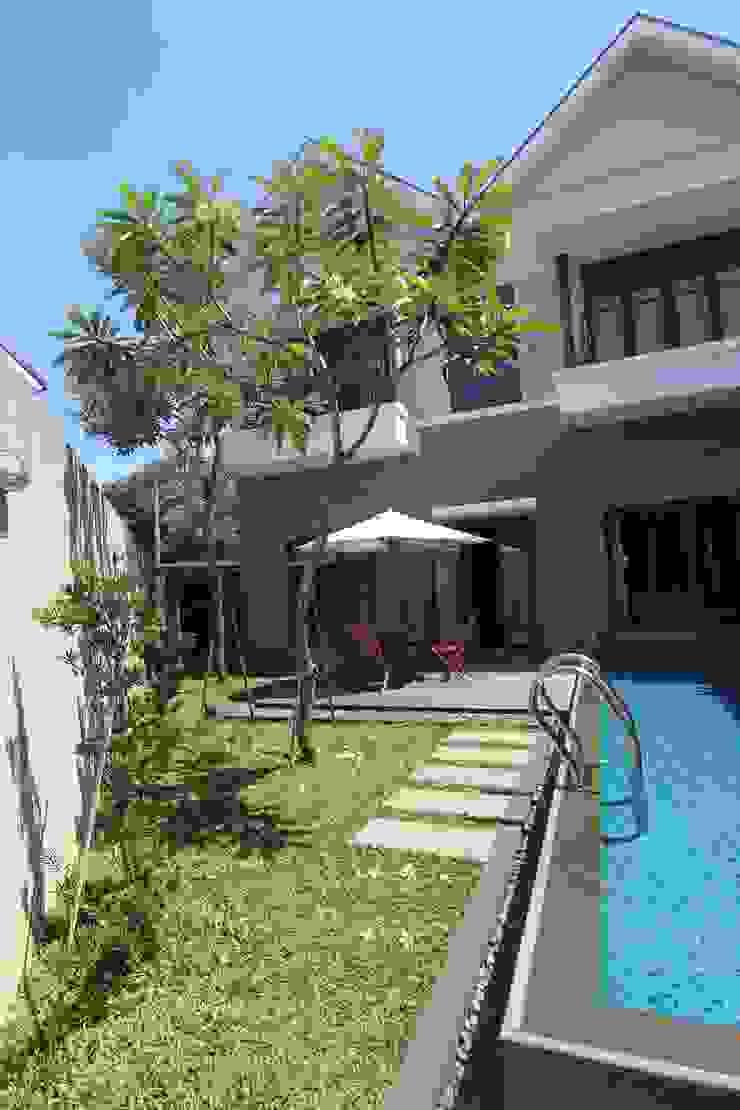 COKRO ,VMM Kolam Renang Modern Oleh sony architect studio Modern