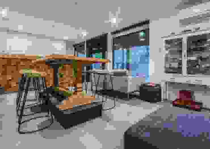 Weekend home Scandinavian style living room by workroom Scandinavian