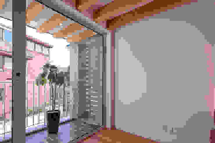 SEONGBUK-DONG HOUSE with Sarang-Chae 모던스타일 발코니, 베란다 & 테라스 by IDEA5 ARCHITECTS 모던