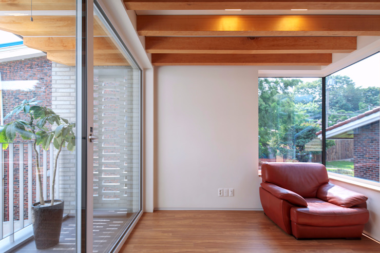 SEONGBUK-DONG HOUSE with Sarang-Chae 모던스타일 거실 by IDEA5 ARCHITECTS 모던