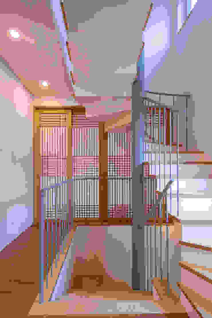SEONGBUK-DONG HOUSE with Sarang-Chae 모던스타일 복도, 현관 & 계단 by IDEA5 ARCHITECTS 모던