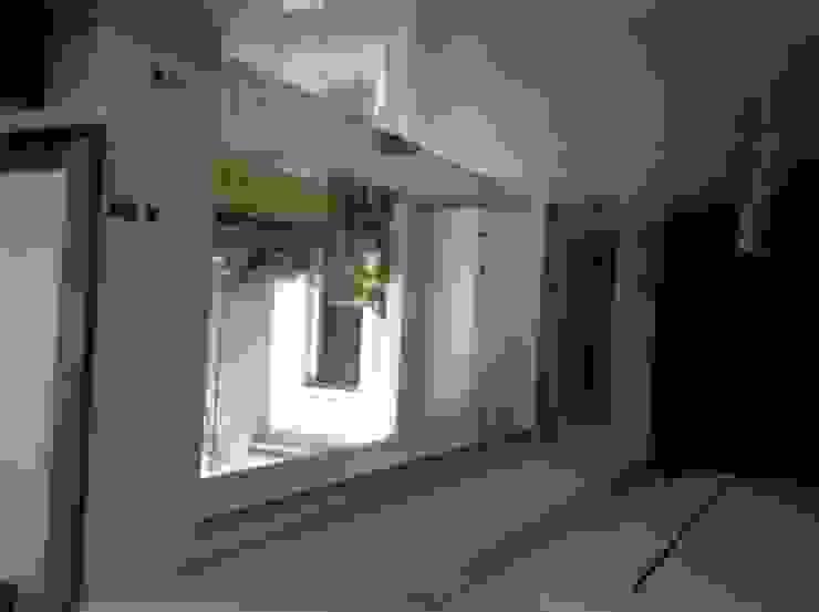 FOTO KACA Koridor & Tangga Modern Oleh sony architect studio Modern