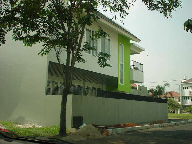 JANE RESIDENCE .KELAPA GADING Rumah Modern Oleh sony architect studio Modern