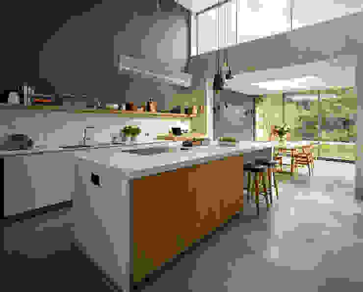 Light-filled family home 現代廚房設計點子、靈感&圖片 根據 Kitchen Architecture 現代風