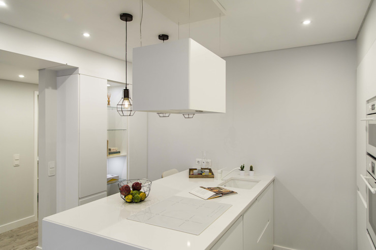 All White Kitchnet by Conceitos Itinerantes, Lda Eclectic